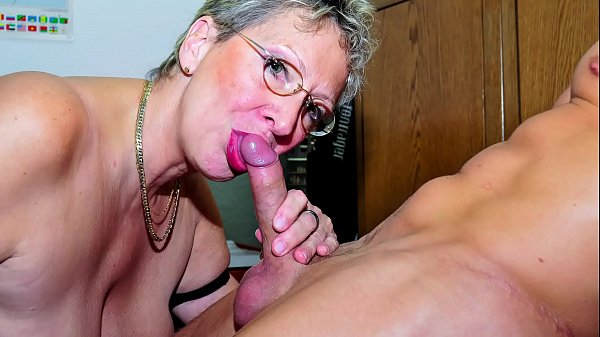 Oma mit brille beim Blowjob