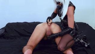 Latex reife Frau Meisterin prostate milking mit eine Vibrator reibt dem Sperma in his Schokoloch