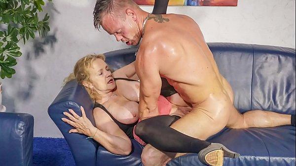 Deutsche Hausfrau fickt vor ihrer Milf Freundin