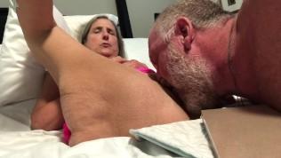 heiß Omi erfahrene Frau ältere Gilf Muschi shave und leck Pink Nighty Spread wide