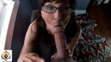 geile reife Frau Wearing Brille lutschen und Drains ein mollige Lunte
