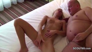 junge Deutscher Mädchen probiert an nageln von ältere Männer in Hotel