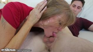 geile Stiefmutter zeigt dem Sohn wie es geht