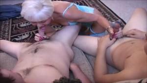 Heiße Swinger Oma nimmt sich zwei Junge Schwänze vor