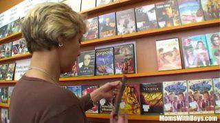 Probier Freudige Oma in der Porno Videothek durchgefickt