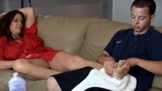 Nach dem Yoga mit Stiefmutter auf der Coutch relaxen
