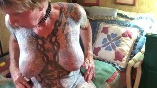 Tattoowierte Oma zieht Poppers und wichst sich