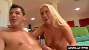 Blonde Ehefrau vor den Augen ihres Mannes gefickt