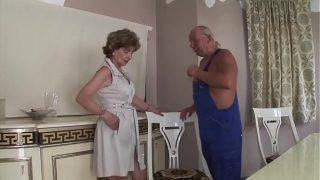 Unrasierte Oma bekommt es in den Arsch