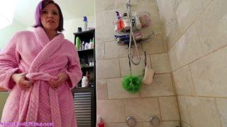 Stiefmutter kommt in die Badewanne während der Stiefsohn schon drin Badet