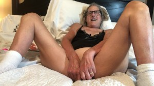 60 Jährige Oma macht es sich mit einem riesen Dildo selber