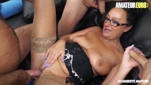 Gruppensex mit Oma die jedes Loch gestopft bekommt