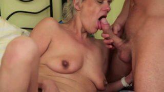 Heisse blonde Oma fickt mit einem jüngeren