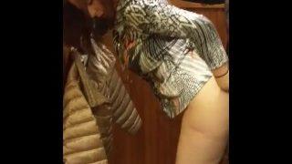 Frivole Mutti in der Umkleide Kabine gefickt